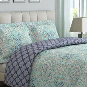 BNWT 3 pieces King reversible comforter set
